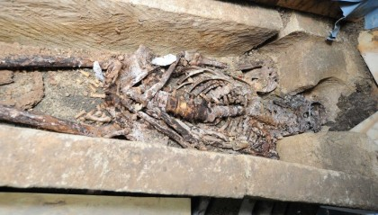 Photo via The Lincolnite of the skeletal remains in the sarcophagus.