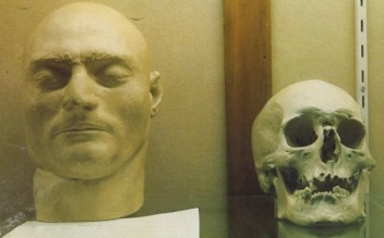 Picture via BBC and MailOnline of the skull displayed with the death make of Ned Kelly.