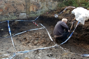 Archaeologists working to excavate the remains that were found in a shallow grave in an Edinburgh Garden