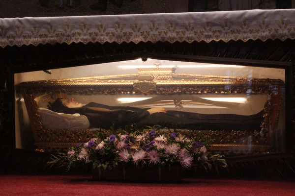 he holy remains of Saint Frances Xavier Cabrini  on display at at St. Frances Cabrini Shrine, in the Washington Heights.  Image credit:  Laetitia Barbier on Atlas Obscura