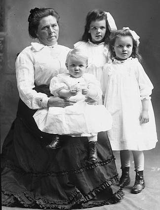 Belle Gunness and her three children.  Image Credit: Wikipedia
