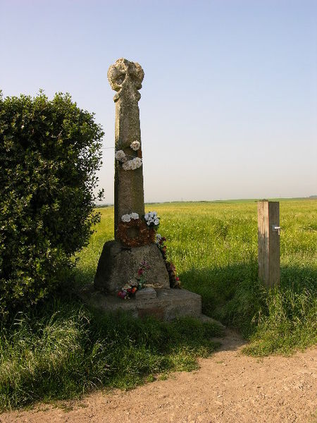 This cross commemorates the Battle of Towton in 1461 during the 'War of the Roses. Image Credit: Stuart and Fiona Jackson via Wikipedia.