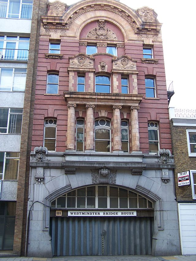 The Westminster Bridge Road offices of the LNC and the first class entrance to the 1902 terminus.  Image Credit: David M. Pye via Wikipedia